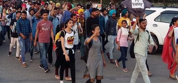 पीयू में फीस बढ़ोतरी से छात्र संगठन भड़के, वीसी का पुतला जलाया
