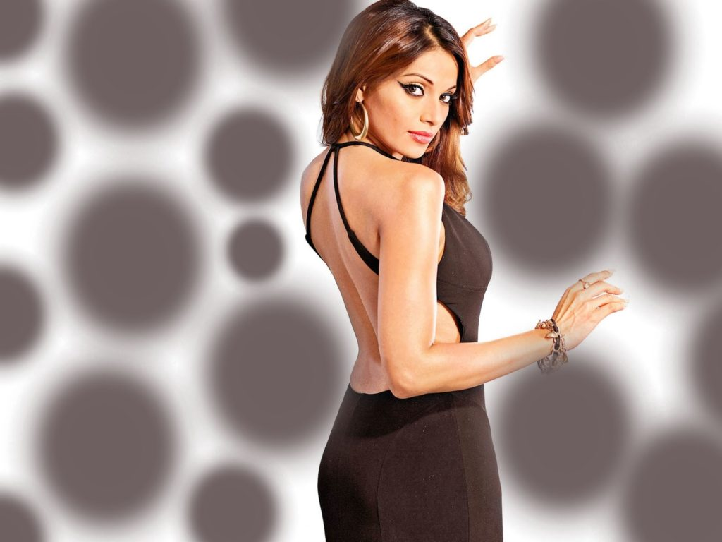Sexy wallpaper and hot bikni images pics Bipasha Basu