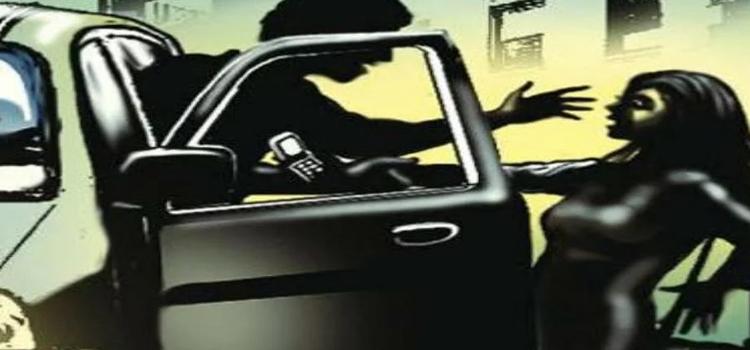 गाड़ी में अगवा कर युवती से रेप की कोशिश, चलती कार से लगाई छलांग