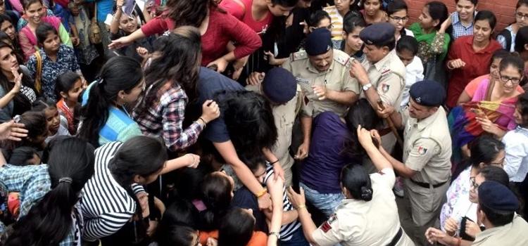 गुना-तक-फीस-बढ़ाने-पर-बवाल,-कॉलेजों-में-हिंसक-हुआ-प्रदर्शन